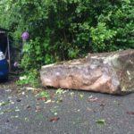 大雨で落ちてきた岩の話